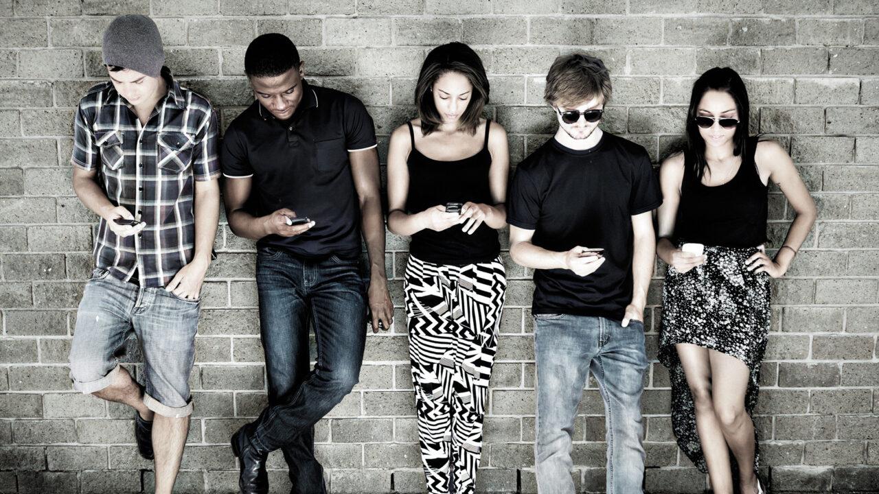 Emblem für Social Media Plattformen jugendliche mit Mobiltelefonen